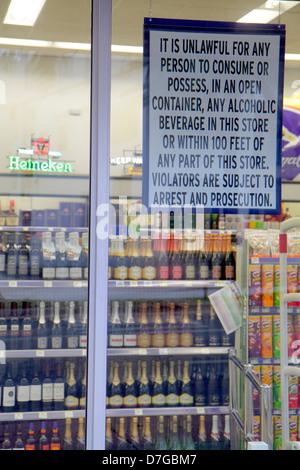 Miami Beach Florida Walgreens Liquor Store Wein Bier alkoholische Getränke Zeichen Fenster rechtswidrig zu konsumieren - Stockfoto