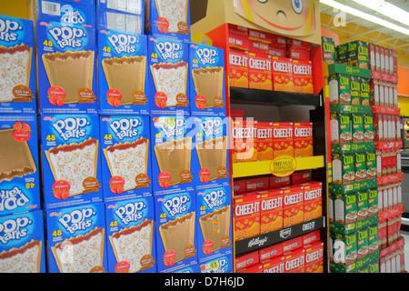 Miami Florida Wal-Mart Walmart Rabatt einkaufen Einzelhandel für Verkaufspreise Verpackung Konkurrenzmarken Regale - Stockfoto