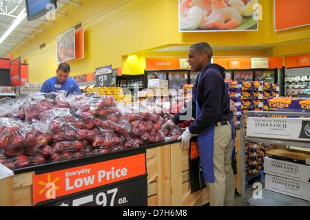 Miami Florida Wal-Mart Walmart Rabatt einkaufen Einzelhandel zum Verkauf Preise produzieren Äpfel Schwarze Mann - Stockfoto
