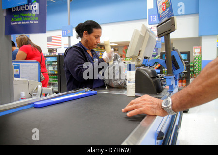 Miami Florida Wal-Mart Walmart discount shopping Abfahrt Linie Warteschlange Kasse Hispanic Frau Job Mitarbeiter - Stockfoto
