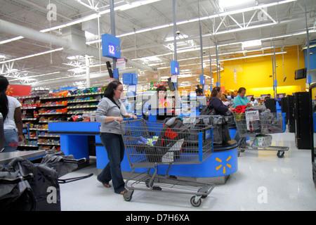 Miami Florida Wal-Mart Walmart discount shopping Abfahrt Linie Warteschlange Kassiererin Frau Warenkorb Kunde - Stockfoto