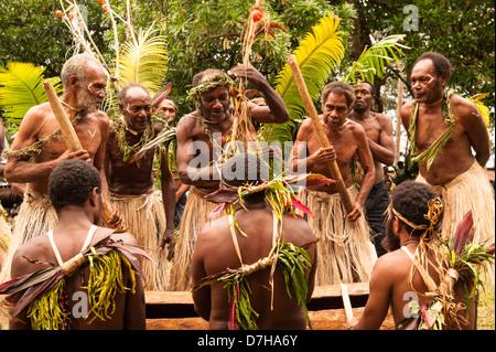 Tänzerinnen unterhalten während des jährlichen Festivals der traditionellen Kultur in den Banken Islands, nördlichen - Stockfoto