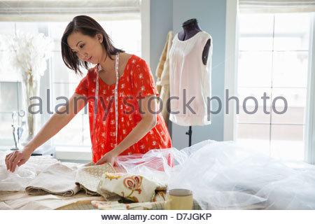 Weibliche Näherin arbeiten im Heimstudio - Stockfoto