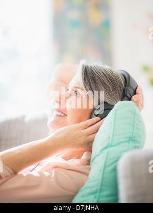 Porträt der Frau anhören von Musik - Stockfoto