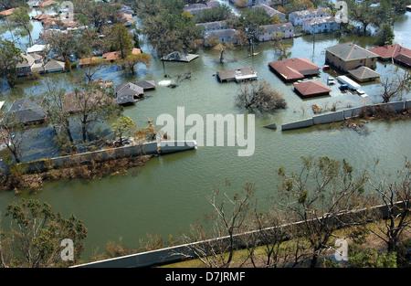Luftbild von massiven Überschwemmungen und Zerstörungen durch den Hurrikan Katrina einschließlich ein Damm gebrochen - Stockfoto