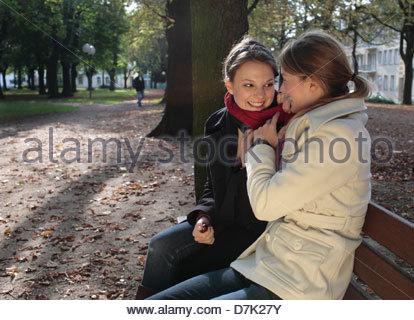 Zwei Freundinnen in einem Park zu genießen - Stockfoto
