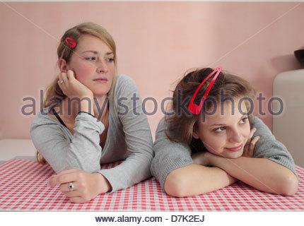 Zwei Freundinnen Tagträumen - Stockfoto
