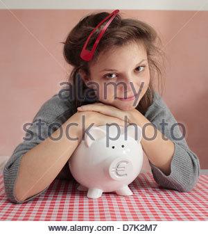 Junge Frau mit einem Sparschwein - Stockfoto