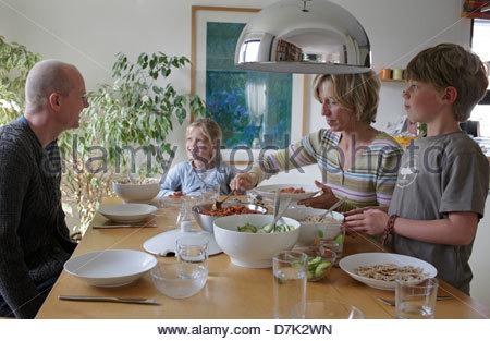 Familie zu Mittag - Stockfoto