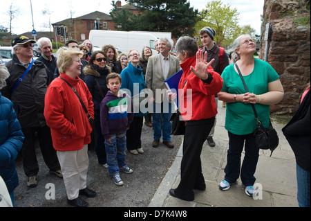 Rote Mantel geben Tour von historischen Stätten in Exeter Devon England UK - Stockfoto