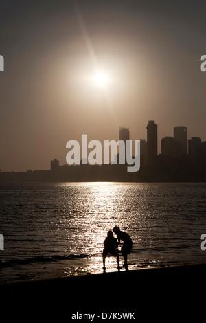Kinder an einem Strand in Mumbai, Indien - Stockfoto