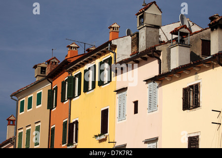 Pastell farbigen Gehäuse am Hafen von Rovinj, Kroatien. - Stockfoto