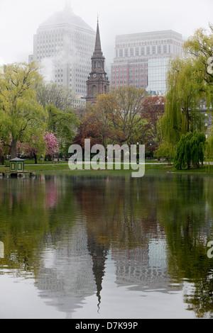 Arlington Street Church spiegelt sich im Teich im Public Garden, Boston, Massachusetts - Stockfoto
