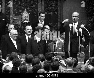 Hesse Prime Minister Georg August Zinn (r) gibt eine Begrüßungsrede für uns Präsident John F. Kennedy (m) am 25. - Stockfoto