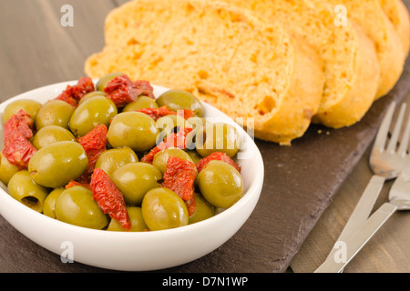 Tapas - Oliven & sonnengetrocknete Tomaten mit mediterranem Brot - Stockfoto
