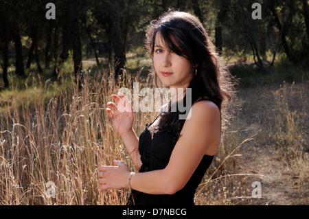 Junge Frau in einem Wald - Stockfoto