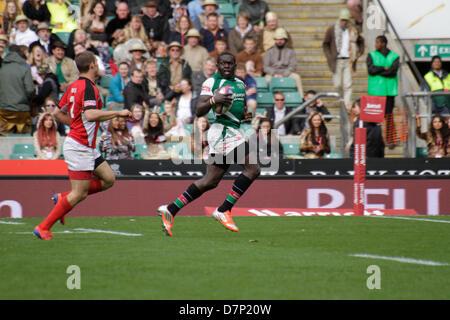 London, UK. 11. Mai 2013. Oscar Ouma läuft der Seitenlinie wie Harry Jones von Kanada während der Marriott London - Stockfoto
