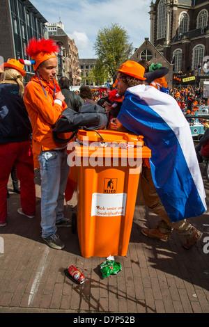 Menschen feiern jährlichen Königinnentag in der alten Stadt von Amsterdam. - Stockfoto