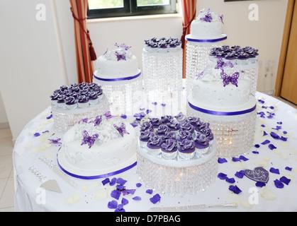 Weiße Hochzeitstorte Mit Lila Schmetterling Dekoration Stockfoto