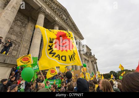 Anti-Atom-Demonstration im Regierungsviertel, hier vor Reichstagsgebäude oder Bundestag Parlament, Berlin - Stockfoto