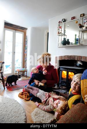 Eine ländliche Familie aus Herefordshire, die Holz zu verwenden, um die Heizung und Kochen Bereich in ihrem Haus - Stockfoto