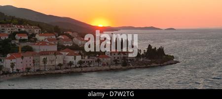 Korcula Stadt bei Sonnenuntergang, erhöhte Ansicht von St. Marks Cathedral Bell Tower, Insel Korcula, Dalmatien, - Stockfoto