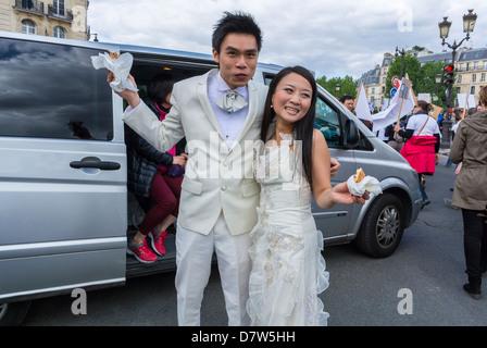 Paris, Frankreich, jungen chinesischen Brautpaar, Frau im Hochzeitskleid auf Straße - Stockfoto