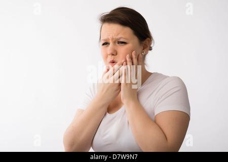 Eine junge Brünette Teenager kaukasischen Mädchen Mund Schmerzen Zahnschmerzen Wunden Zahnfleisch leiden - Stockfoto