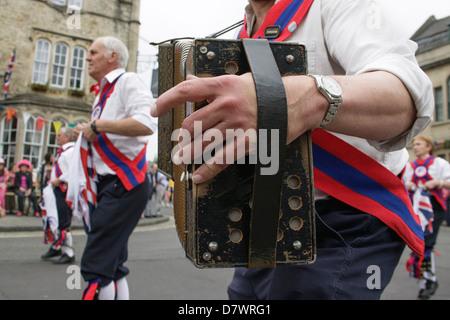 Morris Tänzer und Musiker führen am Eröffnungstag der 2012 Folk Festival, Chippenham, Wiltshire, Großbritannien - Stockfoto