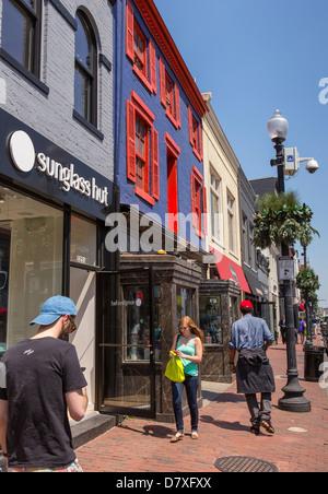 WASHINGTON, DC, USA - Menschen zu Fuß auf M Street im Stadtteil Georgetown. - Stockfoto