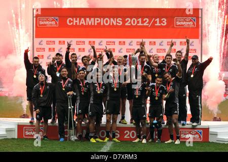 Wie Feuerwerk hinter ihnen gehen, feiern die New Zealand All Blacks Siebener-Team den Gesamtsieg in der HSBC Sevens - Stockfoto