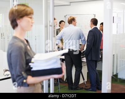 Business-Leute reden in treffen - Stockfoto
