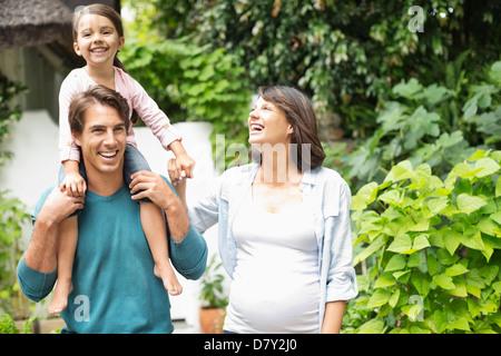 Familie zusammen im Freien spazieren - Stockfoto