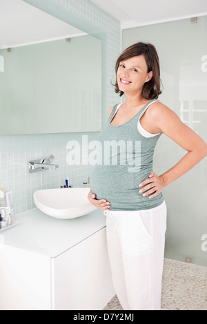 Schwangere Frau im Bad - Stockfoto