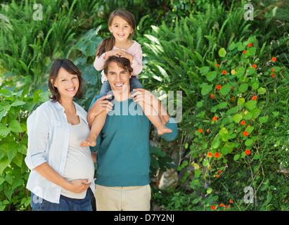 Familie lächelnd zusammen im freien - Stockfoto