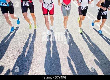 Läufer im Rennen auf Landstraße - Stockfoto