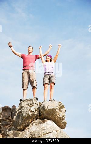 Kletterer auf felsigen Hügel jubeln - Stockfoto