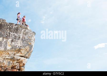 Kletterer auf felsigen Hügel stehend - Stockfoto