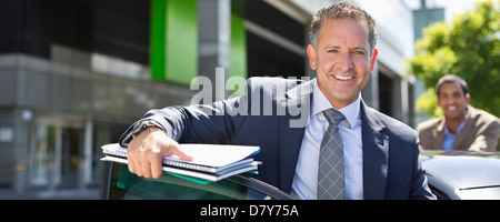 Geschäftsmann aus Auto Klettern - Stockfoto