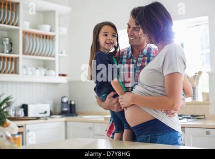 Mädchen, die schwangere Mutter Bauch zu berühren - Stockfoto