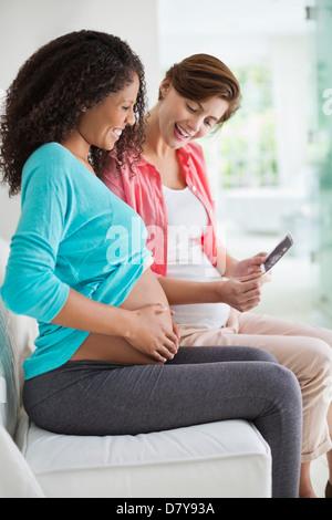 Schwangere Frauen untersucht Sonogramm - Stockfoto
