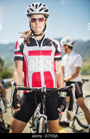 Mit dem Fahrrad vor Rennen stehend Radfahrer - Stockfoto