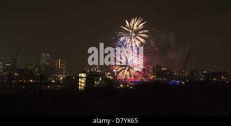 Feuerwerk am Erasmusbrücke, Rotterdam. die Niederlande zum ersten Königstag, 30. April 2013 feiern. - Stockfoto