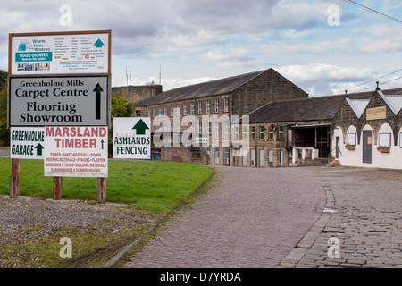 Schilder & gepflasterten Straße, greenholme Mills Trading Estate, historische Mühle durch Vielfalt moderner Unternehmen - Stockfoto