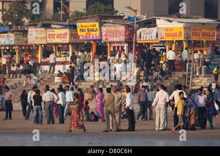 Menschenmassen am Juhu Beach in Mumbai, Indien - Stockfoto