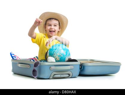 Glückliches Kind sitzt im Koffer für Urlaub vorbereitet - Stockfoto