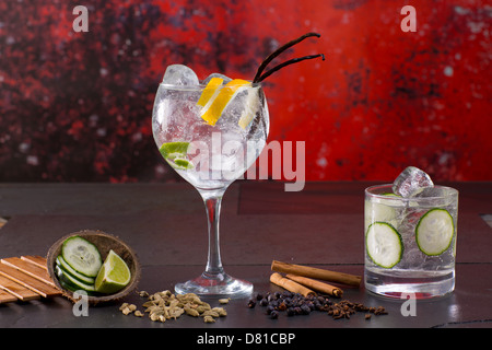 gin tonic cocktail mit gurke und zimt und wacholderbeeren auf schwarz stockfoto bild 167836157. Black Bedroom Furniture Sets. Home Design Ideas