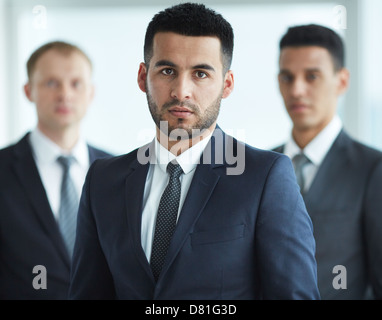 Porträt von zuversichtlich Geschäftsleute Blick in die Kamera mit schweren Führer vor - Stockfoto
