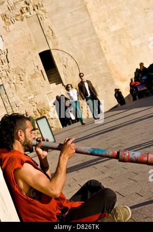 Straßenkünstler Straßenmusiker spielen ein Didgeridoo auf die römische Brücke (Puente Romano) Cordoba Andalusien - Stockfoto