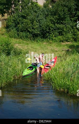 Paddeln am Fluss Krutynia, Masurische Seenplatte, Polen - Stockfoto